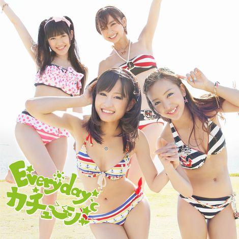 「Everyday、カチューシャ」Type-A(通常盤) ※前列左から:前田敦子、板野友美 後列左から:渡辺麻友、篠田麻里子