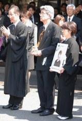 田中好子さんの告別式の様子、夫・小達一雄さん(中央)らが最後のお別れ (C)ORICON DD inc.