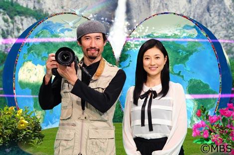 『世界の村がアリガトウ 命を救うニッポン人!』でMCを務める渡部陽一と菊川怜(右)