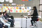 福島県で慰問ライブを行った岡平健治