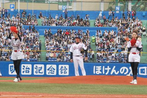 東京ヤクルトスワローズVS中日ドラゴンズ戦の始球式に登場したピンクレディー (C)ORICON DD inc.