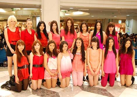 """""""EXILE系ガールズユニット""""合同フリーライブに2000人が熱狂! (前列左から)Dream:Aya、Sayaka、Happiness:SAYAKA、YURINO、KAREN、MAYU、FLOWER:藤井萩花、水野絵梨奈 (後列左から)Dream:Ami、Shizuka、Erie、Happiness:MIMU、KAEDE、MIYUU、FLOWER:重留真波、中島美央 (C)ORICON DD inc."""
