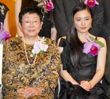 『第19回橋田賞』の授賞式に出席した仲間由紀恵(右)と橋田壽賀子
