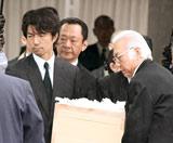 岡田茂さんの出棺を見届けた仲村トオルら
