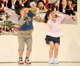 """フジテレビ系ドラマ『マルモのおきて』のスペシャルイベントで""""マル・モリ""""ダンスを披露した(左から)鈴木福、芦田愛菜"""