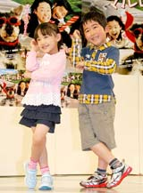"""フジテレビ系ドラマ『マルモのおきて』のスペシャルイベントで""""マル・モリ""""ダンスを披露した(左から)芦田愛菜、鈴木福"""