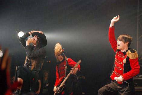 jealkbライブハウスツアー『鳥薔薇ノ空』最終公演に出演した(左から)ムック・逹瑯、haderu (C)ORICON DD inc.