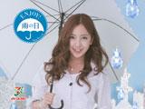 レイングッズに身を包むAKB48・板野友美