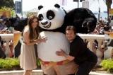 映画『カンフー・パンダ2』の声優を務めるアンジェリーナ・ジョリー(写真左)とジャック・ブラック