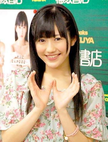 """サムネイル 初の写真集『まゆゆ』の発売記念イベントで""""おしりポーズ""""のAKB48・渡辺麻友"""