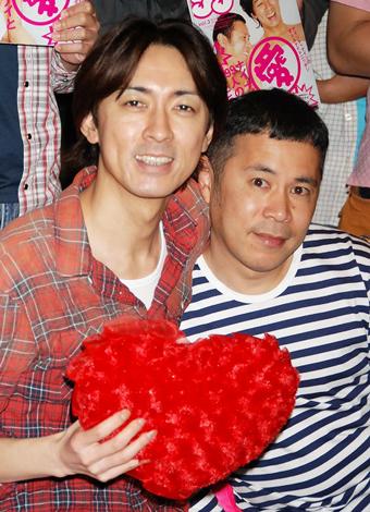 ムック本発売記念イベントを行ったナインティナインの矢部浩之(左)と岡村隆史(右) (C)ORICON DD inc.