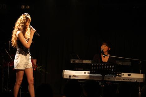 歌手デビュー20周年アルバムの発売記念ライブを行った観月ありさとゲストの尾崎亜美 (C)ORICON DD inc.