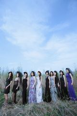 美魔女10人が出演する新曲「Hold me,Rain〜雨に抱かれて」