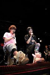 左から藤森慎吾(オリエンタルラジオ)、ピコ