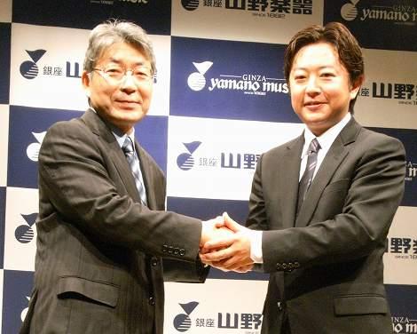 (左から)キングレコード・重村社長と山野楽器・山野社長