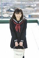 制服姿など普段の渡辺麻友も収録した初写真集『まゆゆ』(撮影:渡辺達生)