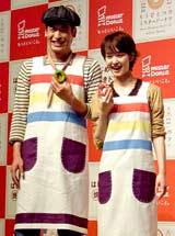 『ミスタードーナツ』の新イメージキャラクターに起用された(左から)佐藤隆太、剛力彩芽