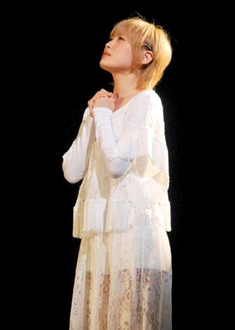 舞台『ハムレット』&『ローゼンクランツとギルデンスターンは死んだ』の初日公演前に行われた公開舞台けいこで役に入りきる高橋愛 (C)ORICON DD inc.