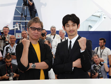 『第64回カンヌ国際映画祭』で、映画『一命』の会見を行った三池崇史監督(左)と瑛太 (C)Kazuko Wakayama