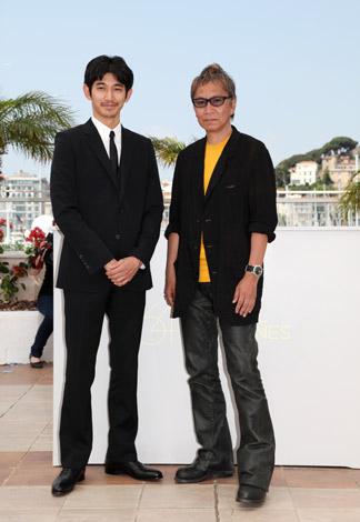 『第64回カンヌ国際映画祭』で、映画『一命』の会見を行った三池崇史監督(右)と瑛太 (C)Kazuko Wakayama