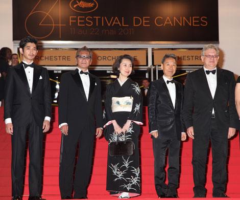 『第64回カンヌ国際映画祭』の看板をバックに(写真:若山和子)