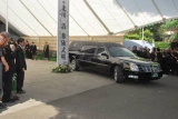 児玉清さん告別式で棺を乗せた霊柩車を見送る参列者たち