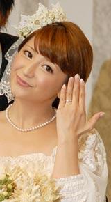 「給料3ヶ月以上」(中村)というダイヤモンドの婚約指輪を披露した、矢口真里 (C)ORICON DD inc.