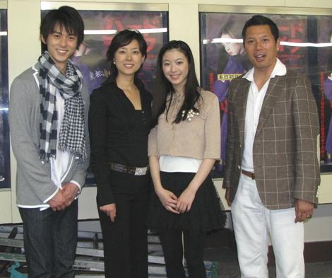映画『ハードライフ』初日舞台挨拶のあと、取材会に登場した(左から)片岡信和、秋本奈緒美、寺島咲、パンチ佐藤。