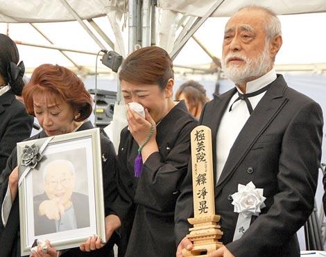 涙ながらに長門裕之さんの出棺を見送る(左から)朝丘雪路、真由子、津川雅彦 (C)ORICON DD inc.