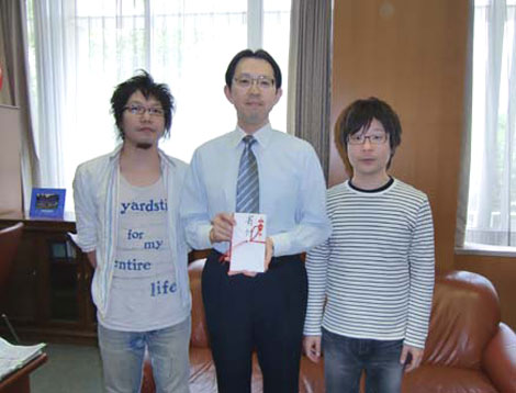 福島県庁を訪問した音速ラインと内堀雅雄副知事(中央)