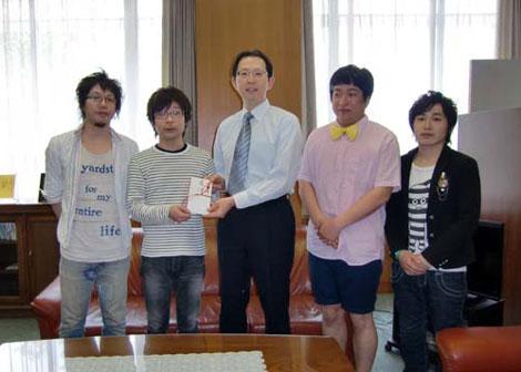 福島県庁を訪れた音速ラインとぺんぎんナッツ、出迎える内堀雅雄副知事(中央)