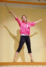 舞台『伊東四朗一座・熱海五郎一座合同公演「こんにちは 赤ちゃん」』の公開舞台けいこでバトントワリングを披露した真矢みき