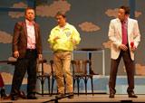 舞台『伊東四朗一座・熱海五郎一座合同公演「こんにちは 赤ちゃん」』の公開舞台けいこで掛け合いを見せたコント赤信号