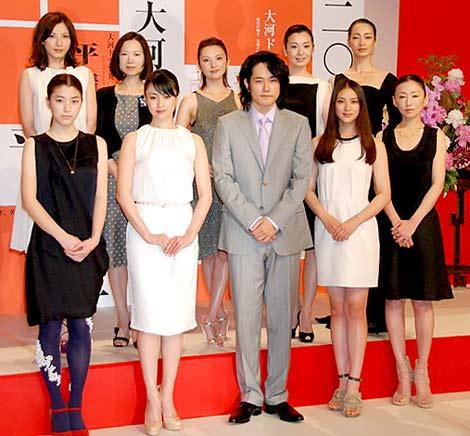 サムネイル 松山ケンイチ(前列中央)主演2012年大河ドラマ『平清盛』の女性キャストに起用された(前列左から)成海璃子、深田恭子、武井咲、松雪泰子、(後列左から)加藤あい、和久井映見、田中麗奈、檀れい、りょう