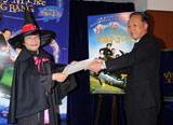 映画『ナニー・マクフィーと空飛ぶ子ブタ』のイベントで親善大使の任命書授与を受け取る尾木直樹氏