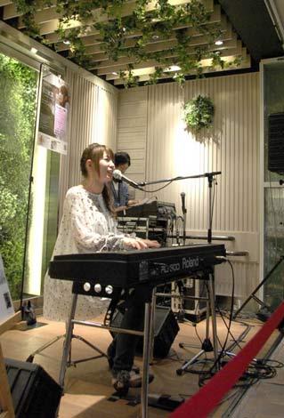 イベントで新曲「HOME」を披露した曽根由希江