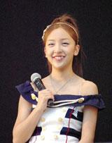 横浜スタジアムで行われたシングル「Everyday、カチューシャ」の発売記念握手会イベントで、デビュー6年目で初のドーム公演決定を発表したAKB48・板野友美 (C)ORICON DD inc.