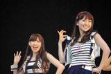 横浜スタジアムで行われたシングル「Everyday、カチューシャ」の発売記念握手会イベントで、デビュー6年目で初のドーム公演決定を発表した(左から)AKB48・小嶋陽菜、大島優子 (C)ORICON DD inc.