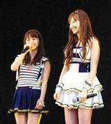 横浜スタジアムで行われたシングル「Everyday、カチューシャ」の発売記念握手会イベントで、デビュー6年目で初のドーム公演決定を発表した(左から)AKB48・大島優子、小嶋陽菜 (C)ORICON DD inc.