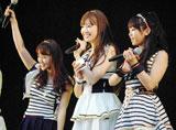 横浜スタジアムで行われたシングル「Everyday、カチューシャ」の発売記念握手会イベントで、デビュー6年目で初のドーム公演決定を発表した(左から)AKB48・大島優子、小嶋陽菜、峯岸みなみ (C)ORICON DD inc.