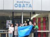 宮城県石巻市にあるCDショップ・小畑電器商会で復興支援活動を行った川中美幸(左から3番目)と綾小路きみまろ(一番右)