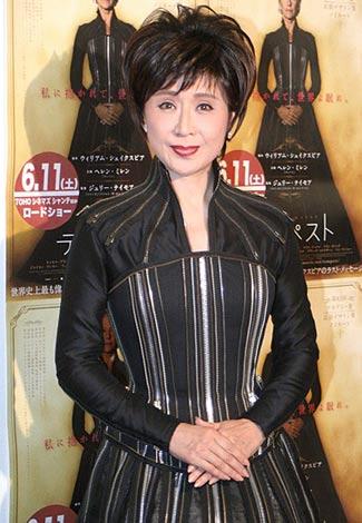 サムネイル 映画『テンペスト』試写会イベントに、主演女優・ヘレン・ミレンが劇中で着用していたドレス姿で登場した小林幸子 (C)ORICON DD inc.