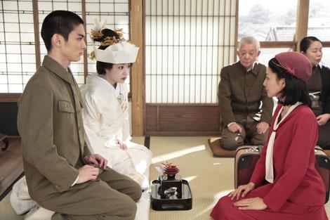 祝言での場面写真(左から)高良健吾、井上真央、満島ひかり
