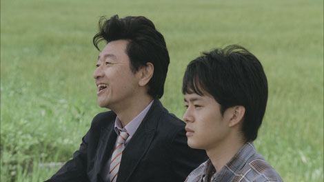 『NTTドコモ夏キャンペーン』新CMに出演する桑田佳祐と主人公の青年