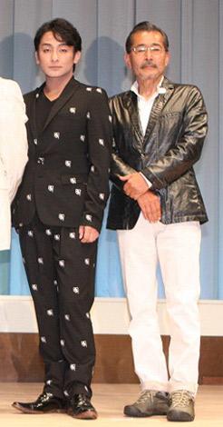映画『小川の辺(ほとり)』のチャリティ完成披露上映会で舞台あいさつに登壇した(左から)片岡愛之助、藤竜也 (C)ORICON DD inc.