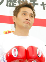 ロッテリア『ホットタンドリーチキンサンド』の発売記念イベントに参加した竹原慎二