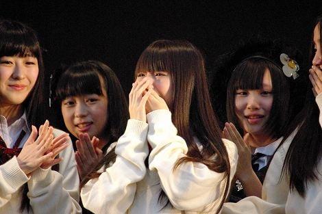 5月29日に横浜スタジアムで行われた握手会イベントで正規メンバー昇格が発表され号泣した市川美織(中央)