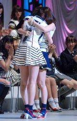 『第3回AKB48選抜総選挙』開票イベント、号泣しながら抱き合う1位の前田敦子(左)と2位の大島優子 (C)ORICON DD inc.