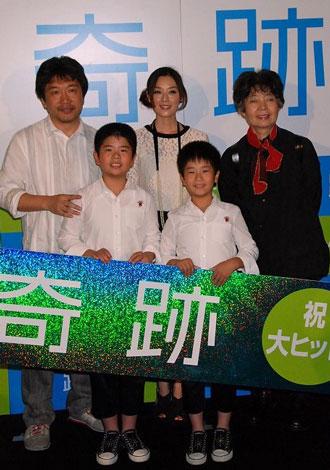(上段左より)是枝裕和監督、大塚寧々、樹木希林(前列左)まえだまえだの兄・前田航基、弟・前田旺志郎 (C)ORICON DD.inc