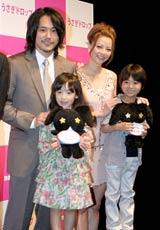映画『うさぎドロップ』の特別試写会で舞台あいさつした(左から)松山ケンイチ&芦田愛菜、香里奈&佐藤瑠生亮(さとう・るいき)